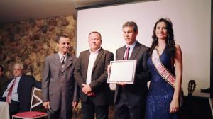 Pastor Jovan Almeida (o 3˚ da esquerda para a direita) recebe o prêmio  Philadélphia.