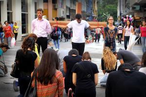Flash-mob-organizado-por-jovens-apresenta-o-verdadeiro-sentido-da-Pascoa2