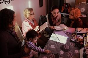 Mais do que estudo, os jovens do projeto como Liz e Tati estabelecem amizade com as pessoas