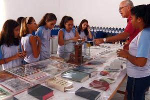 Pastor Erlo Köhler conversa com alunos sobre algumas curiosidades. (Foto: Tatiana Buitrago)