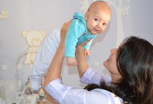 Priscilla Stehling segura seu primeiro filho, Pedro. O que na infância não passava de uma brincadeira, na vida adulta se tornou a principal preocupação
