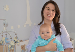 Priscilla Stehling segura seu primeiro filho, Pedro. A jornalista abdicou a carreira profissional para se dedicar à educação do filho