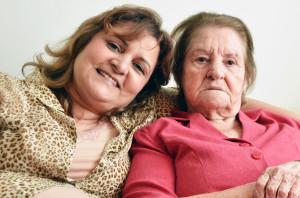 """Márcia repudia a ideia de colocar a mãe em um asilo. """"Não acho um fardo, faço com muito amor"""", ressalta a filha que agora age como mãe (foto: Nelton Silveira)"""