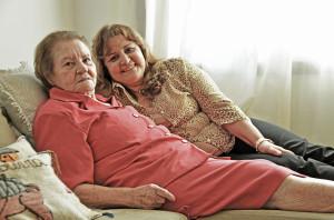 Márcia Menezes (d) junto com a mãe, Angelina Sicília (e). Papéis foram invertidos no cuidado de mãe para filha